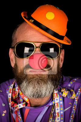 Постер Клоунада Человек с бородой носить красный нос, очки и смешная шапкаКлоунада<br>Постер на холсте или бумаге. Любого нужного вам размера. В раме или без. Подвес в комплекте. Трехслойная надежная упаковка. Доставим в любую точку России. Вам осталось только повесить картину на стену!<br>