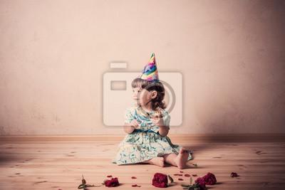 Постер Маленькая девочка ест торт в праздничной шапкой в винтажном стилеДети<br>Постер на холсте или бумаге. Любого нужного вам размера. В раме или без. Подвес в комплекте. Трехслойная надежная упаковка. Доставим в любую точку России. Вам осталось только повесить картину на стену!<br>