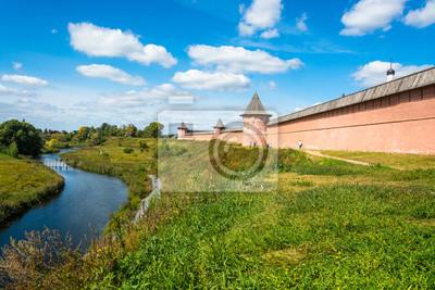 Постер Суздаль Древние стены Кремля в солнечный летний день.Суздаль<br>Постер на холсте или бумаге. Любого нужного вам размера. В раме или без. Подвес в комплекте. Трехслойная надежная упаковка. Доставим в любую точку России. Вам осталось только повесить картину на стену!<br>