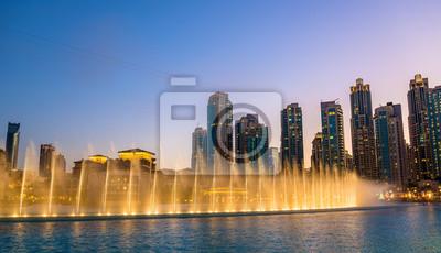 Постер Дубай Хореография Дубайский фонтан вечером - ОАЭДубай<br>Постер на холсте или бумаге. Любого нужного вам размера. В раме или без. Подвес в комплекте. Трехслойная надежная упаковка. Доставим в любую точку России. Вам осталось только повесить картину на стену!<br>
