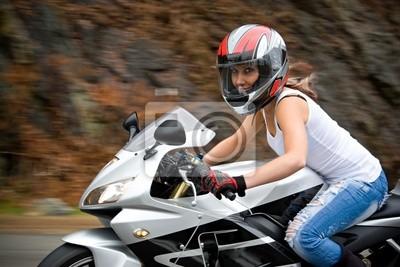 Симпатичная девушка блондинка в действии за рулем мотоцикла., 30x20 см, на бумагеМотоциклы<br>Постер на холсте или бумаге. Любого нужного вам размера. В раме или без. Подвес в комплекте. Трехслойная надежная упаковка. Доставим в любую точку России. Вам осталось только повесить картину на стену!<br>