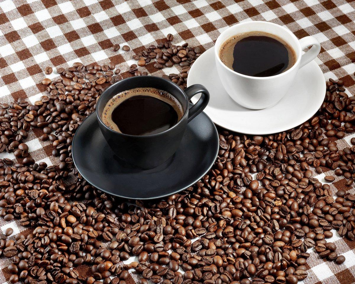 Постер Еда и напитки Две чашки кофе и кофейных зерен на клетчатой ткани, 25x20 см, на бумагеКофе<br>Постер на холсте или бумаге. Любого нужного вам размера. В раме или без. Подвес в комплекте. Трехслойная надежная упаковка. Доставим в любую точку России. Вам осталось только повесить картину на стену!<br>