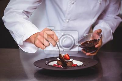 Постер Оформление офиса Шеф-повар, поставив шоколадным соусом на десерт, 30x20 см, на бумагеРесторан, кафе<br>Постер на холсте или бумаге. Любого нужного вам размера. В раме или без. Подвес в комплекте. Трехслойная надежная упаковка. Доставим в любую точку России. Вам осталось только повесить картину на стену!<br>