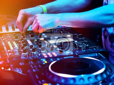 Постер Ночной клуб DJ играет трек, 27x20 см, на бумагеНочной клуб<br>Постер на холсте или бумаге. Любого нужного вам размера. В раме или без. Подвес в комплекте. Трехслойная надежная упаковка. Доставим в любую точку России. Вам осталось только повесить картину на стену!<br>