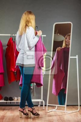 Постер Примерочная Красивая девушка, глядя в зеркало., 20x30 см, на бумагеПримерочная<br>Постер на холсте или бумаге. Любого нужного вам размера. В раме или без. Подвес в комплекте. Трехслойная надежная упаковка. Доставим в любую точку России. Вам осталось только повесить картину на стену!<br>