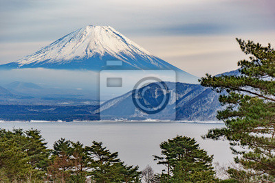 Постер Гора Фудзияма Красивые горы Фудзи виде пяти спокойного озера зимой. ЯпонияГора Фудзияма<br>Постер на холсте или бумаге. Любого нужного вам размера. В раме или без. Подвес в комплекте. Трехслойная надежная упаковка. Доставим в любую точку России. Вам осталось только повесить картину на стену!<br>
