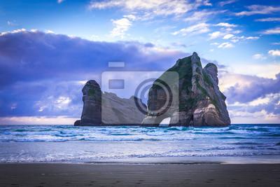 Постер Рассвет Пляж Wharariki #5, Южный Остров, Новая ЗеландияРассвет<br>Постер на холсте или бумаге. Любого нужного вам размера. В раме или без. Подвес в комплекте. Трехслойная надежная упаковка. Доставим в любую точку России. Вам осталось только повесить картину на стену!<br>