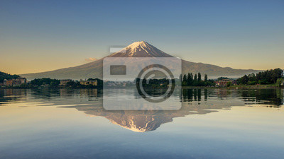 Постер Гора Фудзияма Гора Фудзи отражается в озере , Япония.Гора Фудзияма<br>Постер на холсте или бумаге. Любого нужного вам размера. В раме или без. Подвес в комплекте. Трехслойная надежная упаковка. Доставим в любую точку России. Вам осталось только повесить картину на стену!<br>