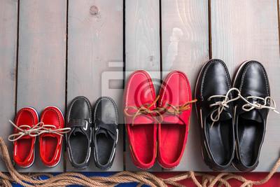 Постер Оформление офиса Семейная лодка обувь на деревянных фоне. Четыре пары красные и черные туфли шлюпки на серый стол с веревкой. Вид сверху, скопируйте пространства. понятие семьи, 30x20 см, на бумагеОбувной магазин<br>Постер на холсте или бумаге. Любого нужного вам размера. В раме или без. Подвес в комплекте. Трехслойная надежная упаковка. Доставим в любую точку России. Вам осталось только повесить картину на стену!<br>