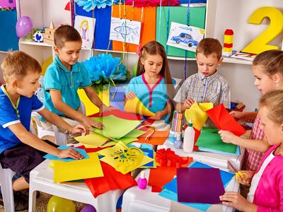 Постер Оформление офиса Группа дети делают что-то из цветной бумаги в начальную школу., 27x20 см, на бумагеДетский сад<br>Постер на холсте или бумаге. Любого нужного вам размера. В раме или без. Подвес в комплекте. Трехслойная надежная упаковка. Доставим в любую точку России. Вам осталось только повесить картину на стену!<br>