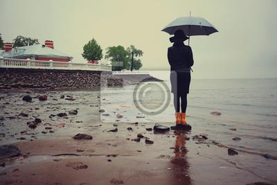 Постер Дождь Женщина с зонтиком у моря ветер дождьДождь<br>Постер на холсте или бумаге. Любого нужного вам размера. В раме или без. Подвес в комплекте. Трехслойная надежная упаковка. Доставим в любую точку России. Вам осталось только повесить картину на стену!<br>