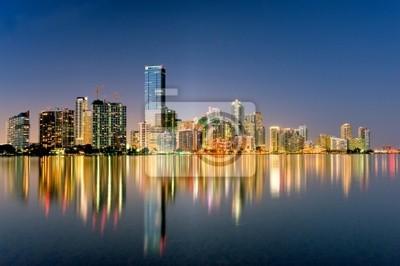 Постер Майами Майами, Флорида горизонт светится ночью в 2009 годуМайами<br>Постер на холсте или бумаге. Любого нужного вам размера. В раме или без. Подвес в комплекте. Трехслойная надежная упаковка. Доставим в любую точку России. Вам осталось только повесить картину на стену!<br>