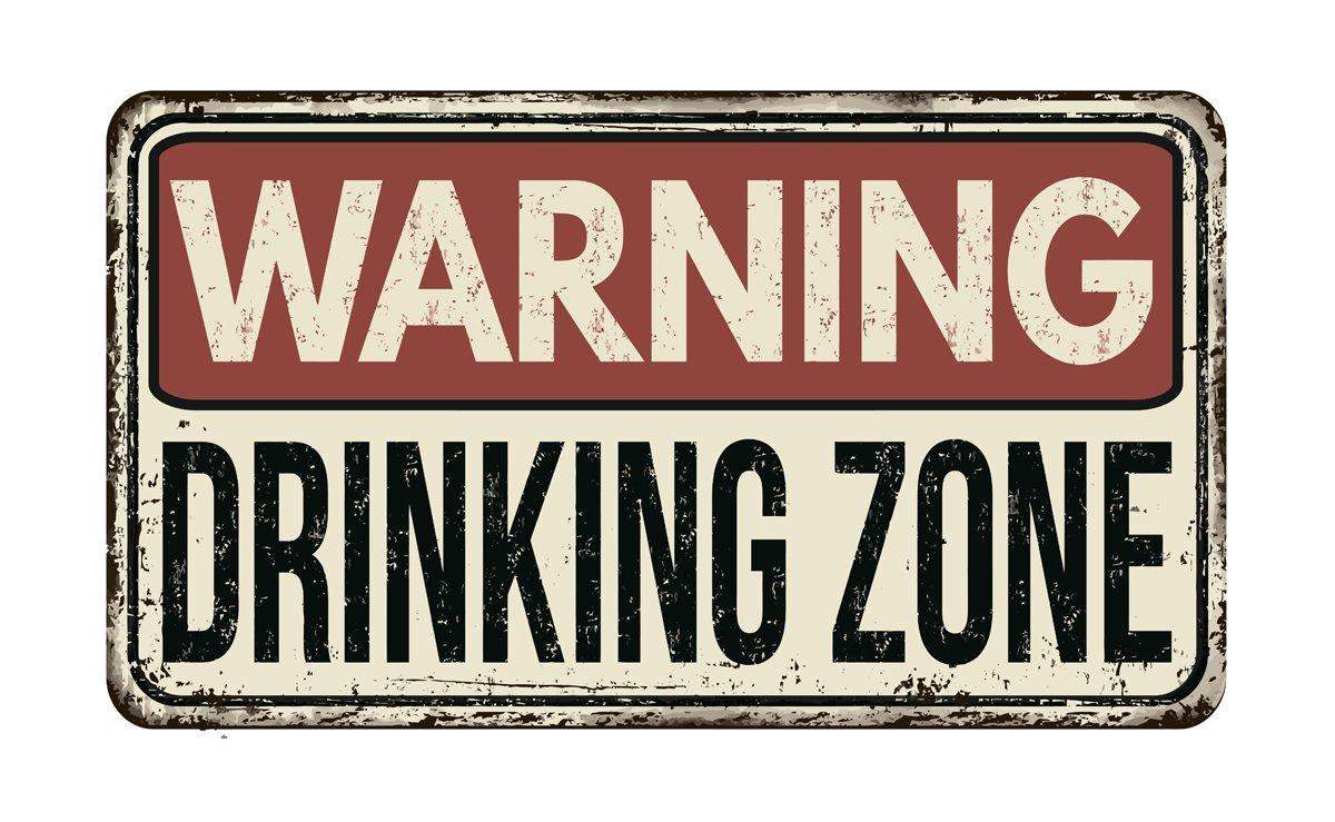 Постер-картина Смешные таблички Предупреждение питьевой зоны старинный ржавый металлический знакСмешные таблички<br>Постер на холсте или бумаге. Любого нужного вам размера. В раме или без. Подвес в комплекте. Трехслойная надежная упаковка. Доставим в любую точку России. Вам осталось только повесить картину на стену!<br>
