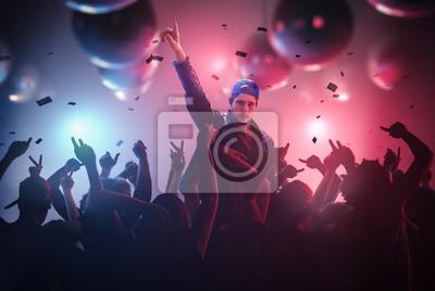 DJ или певца руки вверх на дискотеке в Клубе с толпой народа., 30x20 см, на бумагеНочной клуб<br>Постер на холсте или бумаге. Любого нужного вам размера. В раме или без. Подвес в комплекте. Трехслойная надежная упаковка. Доставим в любую точку России. Вам осталось только повесить картину на стену!<br>