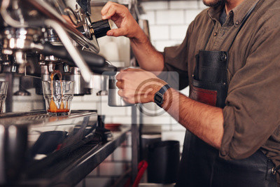 Бариста приготовление кофе с помощью кофе, 30x20 см, на бумагеРесторан, кафе<br>Постер на холсте или бумаге. Любого нужного вам размера. В раме или без. Подвес в комплекте. Трехслойная надежная упаковка. Доставим в любую точку России. Вам осталось только повесить картину на стену!<br>