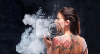 Молодая сексуальная и красивая женщина vaping е - сигареты. Черный фон., 37x20 см, на бумагеVape<br>Постер на холсте или бумаге. Любого нужного вам размера. В раме или без. Подвес в комплекте. Трехслойная надежная упаковка. Доставим в любую точку России. Вам осталось только повесить картину на стену!<br>