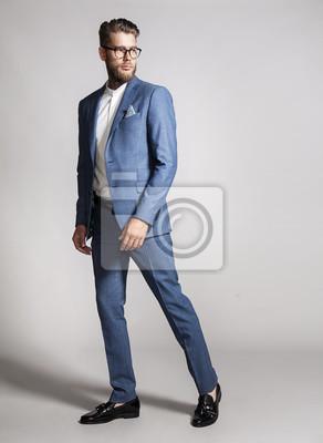 Бородатый красивый мужчина в костюме на сером фоне, 20x27 см, на бумагеГламур<br>Постер на холсте или бумаге. Любого нужного вам размера. В раме или без. Подвес в комплекте. Трехслойная надежная упаковка. Доставим в любую точку России. Вам осталось только повесить картину на стену!<br>