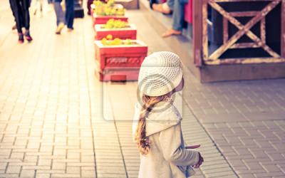 Постер Москва - Арбат Модные маленькая девочка витрин на Арбате в старинных тон и добавив теплый свет , Москва , Россия Москва - Арбат<br>Постер на холсте или бумаге. Любого нужного вам размера. В раме или без. Подвес в комплекте. Трехслойная надежная упаковка. Доставим в любую точку России. Вам осталось только повесить картину на стену!<br>
