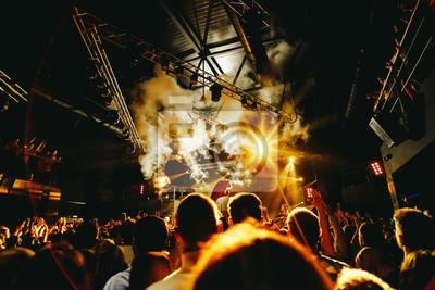 Постер Ночной клуб Ночной клуб партии DJ с толпой людей, 30x20 см, на бумагеНочной клуб<br>Постер на холсте или бумаге. Любого нужного вам размера. В раме или без. Подвес в комплекте. Трехслойная надежная упаковка. Доставим в любую точку России. Вам осталось только повесить картину на стену!<br>