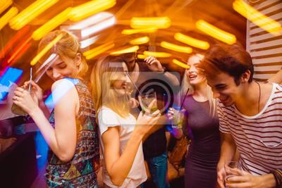 Постер Оформление офиса Люди в ночном клубе. Танцуют, пьют и веселятся , 30x20 см, на бумагеНочной клуб<br>Постер на холсте или бумаге. Любого нужного вам размера. В раме или без. Подвес в комплекте. Трехслойная надежная упаковка. Доставим в любую точку России. Вам осталось только повесить картину на стену!<br>
