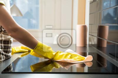 Постер Оформление офиса Домохозяйка в резиновых чистки защитный и польская электроплита. Черная блестящая поверхность верхняя часть кухни, руках, моющих средств. , 30x20 см, на бумагеКлининг<br>Постер на холсте или бумаге. Любого нужного вам размера. В раме или без. Подвес в комплекте. Трехслойная надежная упаковка. Доставим в любую точку России. Вам осталось только повесить картину на стену!<br>