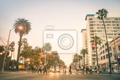 Местные жители и туристы прогуливаются по зебре и на пр. океана в Санта-Монике после захода солнца - Людным улицам Лос-Анджелеса и штата Калифорния - теплый десат цвет Сумеречных тонов с размытым людей, 30x20 см, на бумагеПанорамные виды городов (улицы, люди, машины)<br>Постер на холсте или бумаге. Любого нужного вам размера. В раме или без. Подвес в комплекте. Трехслойная надежная упаковка. Доставим в любую точку России. Вам осталось только повесить картину на стену!<br>