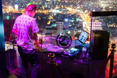 Постер Оформление офиса DJ - вечеринку на верхнем этаже здания с музыкой, 30x20 см, на бумагеНочной клуб<br>Постер на холсте или бумаге. Любого нужного вам размера. В раме или без. Подвес в комплекте. Трехслойная надежная упаковка. Доставим в любую точку России. Вам осталось только повесить картину на стену!<br>