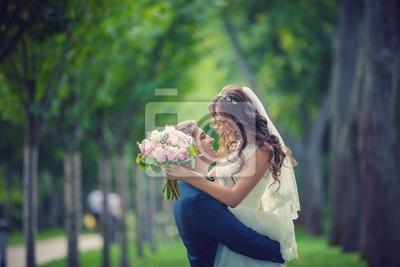 Красивая молодая невеста и жених поцелуй в парке, 30x20 см, на бумагеСвадебный салон<br>Постер на холсте или бумаге. Любого нужного вам размера. В раме или без. Подвес в комплекте. Трехслойная надежная упаковка. Доставим в любую точку России. Вам осталось только повесить картину на стену!<br>