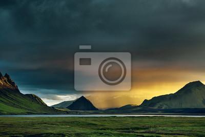 Постер Вечер Путешествие в Исландию. Красивый закат в кемпинге возле озера Alftavatn. Исландский пейзаж с горами, небом и облаками. Поход в национальный парк Ландманналаугар. Дождливый вечер с большой радугой.Вечер<br>Постер на холсте или бумаге. Любого нужного вам размера. В раме или без. Подвес в комплекте. Трехслойная надежная упаковка. Доставим в любую точку России. Вам осталось только повесить картину на стену!<br>