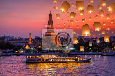 Ват арун и круизных судов в ночное время и плавающий светильник в фестиваль Йи пенг в день лой кратонг, город Бангкок ,Таиланд, 30x20 см, на бумагеБангкок<br>Постер на холсте или бумаге. Любого нужного вам размера. В раме или без. Подвес в комплекте. Трехслойная надежная упаковка. Доставим в любую точку России. Вам осталось только повесить картину на стену!<br>