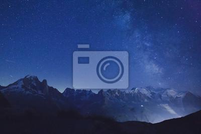 Постер Ночь Ночные звезды и Млечный путь через альпийские горы, красивые вершины, природа фонНочь<br>Постер на холсте или бумаге. Любого нужного вам размера. В раме или без. Подвес в комплекте. Трехслойная надежная упаковка. Доставим в любую точку России. Вам осталось только повесить картину на стену!<br>