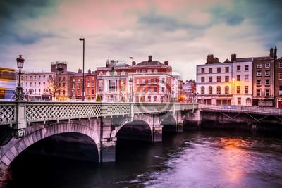 Постер Дублин Исторический мост grattan через реку Лиффи в Дублине, Ирландия на закатеДублин<br>Постер на холсте или бумаге. Любого нужного вам размера. В раме или без. Подвес в комплекте. Трехслойная надежная упаковка. Доставим в любую точку России. Вам осталось только повесить картину на стену!<br>