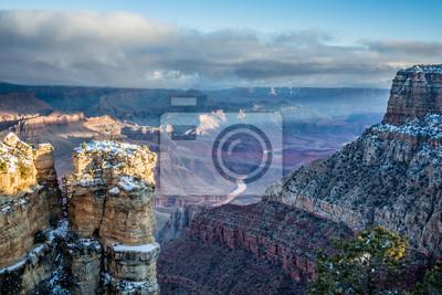 Постер Утро Река Колорадо протянулся на восток в этот Восход видом на Гранд-Каньон с точки Навахо.Утро<br>Постер на холсте или бумаге. Любого нужного вам размера. В раме или без. Подвес в комплекте. Трехслойная надежная упаковка. Доставим в любую точку России. Вам осталось только повесить картину на стену!<br>