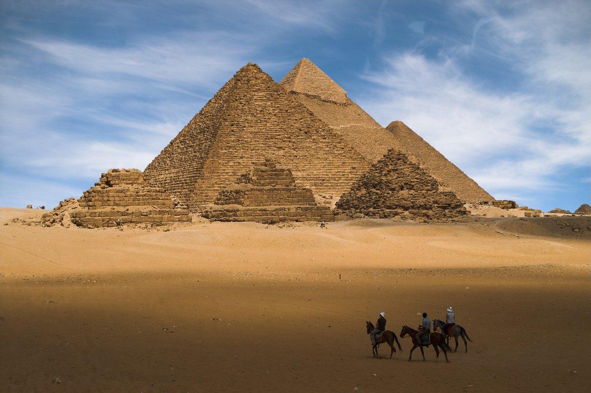 Постер Архитектура Постер 1352219, 30x20 см, на бумагеЕгипетские пирамиды<br>Постер на холсте или бумаге. Любого нужного вам размера. В раме или без. Подвес в комплекте. Трехслойная надежная упаковка. Доставим в любую точку России. Вам осталось только повесить картину на стену!<br>