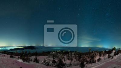 Постер Ночь Зимнее ночное небо над горами звезды и огни города вдалекеНочь<br>Постер на холсте или бумаге. Любого нужного вам размера. В раме или без. Подвес в комплекте. Трехслойная надежная упаковка. Доставим в любую точку России. Вам осталось только повесить картину на стену!<br>