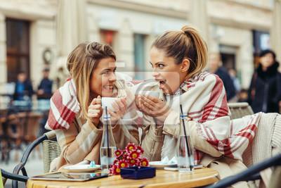 Две молодые женщины в кафе веселиться и сплетничать, 30x20 см, на бумагеРесторан, кафе<br>Постер на холсте или бумаге. Любого нужного вам размера. В раме или без. Подвес в комплекте. Трехслойная надежная упаковка. Доставим в любую точку России. Вам осталось только повесить картину на стену!<br>