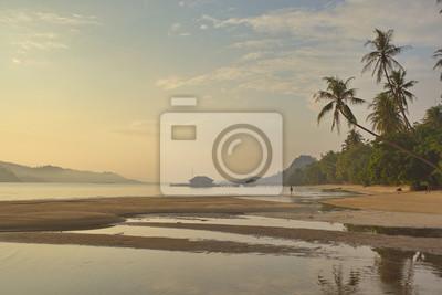 Постер Вечер Вечером тропическом пляже в ИндонезииВечер<br>Постер на холсте или бумаге. Любого нужного вам размера. В раме или без. Подвес в комплекте. Трехслойная надежная упаковка. Доставим в любую точку России. Вам осталось только повесить картину на стену!<br>