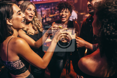 Постер Оформление офиса Группа друзей, вечеринка в ночном клубе, 30x20 см, на бумагеНочной клуб<br>Постер на холсте или бумаге. Любого нужного вам размера. В раме или без. Подвес в комплекте. Трехслойная надежная упаковка. Доставим в любую точку России. Вам осталось только повесить картину на стену!<br>