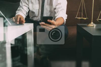 Справедливости и права.Мужчина юрист руке сидит на диване и работает со смарт-телефона,цифровой планшетный компьютер, док-клавиатура с молотком и документ на стол в гостиной дома,эффект фильтра, 30x20 см, на бумагеЮридические услуги<br>Постер на холсте или бумаге. Любого нужного вам размера. В раме или без. Подвес в комплекте. Трехслойная надежная упаковка. Доставим в любую точку России. Вам осталось только повесить картину на стену!<br>