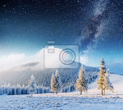 Постер Ночь Фантастический зимний метеоритный дождь и снежные горыНочь<br>Постер на холсте или бумаге. Любого нужного вам размера. В раме или без. Подвес в комплекте. Трехслойная надежная упаковка. Доставим в любую точку России. Вам осталось только повесить картину на стену!<br>