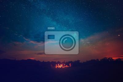 Постер Ночь Огонь кемпинг под удивительной синее звездное небо с множеством сияющих звезд и облаков. Путешествия концепции активности и отдыха на открытом воздухе.Ночь<br>Постер на холсте или бумаге. Любого нужного вам размера. В раме или без. Подвес в комплекте. Трехслойная надежная упаковка. Доставим в любую точку России. Вам осталось только повесить картину на стену!<br>