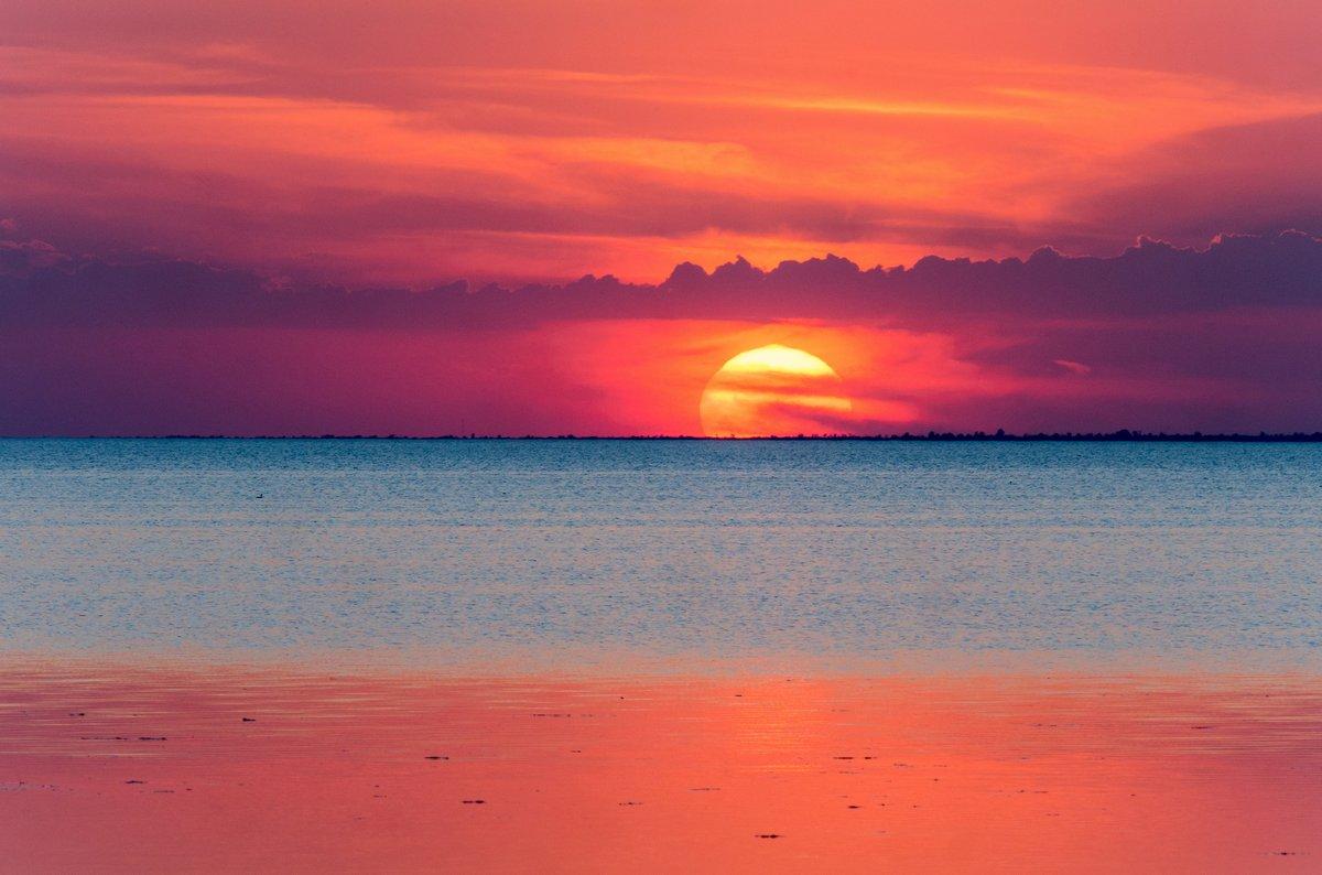 Постер Вечер Невероятно красивый закат с облаками над устьем моря.Вечер<br>Постер на холсте или бумаге. Любого нужного вам размера. В раме или без. Подвес в комплекте. Трехслойная надежная упаковка. Доставим в любую точку России. Вам осталось только повесить картину на стену!<br>
