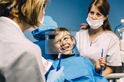 Постер Оформление офиса Врач стоматолог учит ребенка чистить зубы., 30x20 см, на бумагеСтоматология<br>Постер на холсте или бумаге. Любого нужного вам размера. В раме или без. Подвес в комплекте. Трехслойная надежная упаковка. Доставим в любую точку России. Вам осталось только повесить картину на стену!<br>