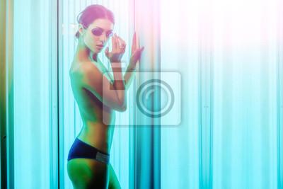 Постер Солярий Красивая обнаженная женщина с сексуальным телом в солярий, 30x20 см, на бумагеСолярий<br>Постер на холсте или бумаге. Любого нужного вам размера. В раме или без. Подвес в комплекте. Трехслойная надежная упаковка. Доставим в любую точку России. Вам осталось только повесить картину на стену!<br>