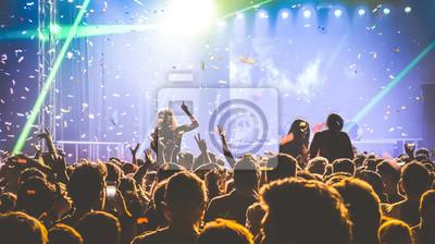 Постер Оформление офиса Молодые люди танцуют в ночном клубе - Руки вверх и разноцветными конфетти в ночном клубе после вечеринки - концепция ночных клубов с афтепати толпа празднует диджей концерт фестиваля событие - контраст Ретро фильтра, 36x20 см, на бумагеНочной клуб<br>Постер на холсте или бумаге. Любого нужного вам размера. В раме или без. Подвес в комплекте. Трехслойная надежная упаковка. Доставим в любую точку России. Вам осталось только повесить картину на стену!<br>