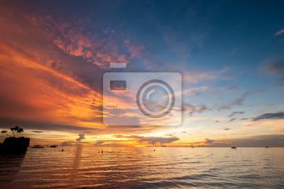 Постер Вечер Красивый закат на пляже Боракай, ФилиппиныВечер<br>Постер на холсте или бумаге. Любого нужного вам размера. В раме или без. Подвес в комплекте. Трехслойная надежная упаковка. Доставим в любую точку России. Вам осталось только повесить картину на стену!<br>