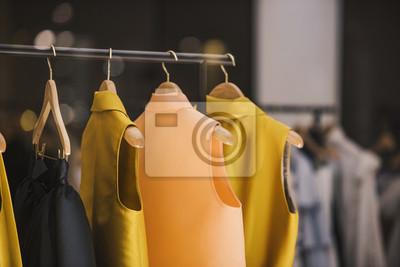Постер Оформление офиса Модная одежда в бутике магазин в Лондоне., 30x20 см, на бумагеШоппинг<br>Постер на холсте или бумаге. Любого нужного вам размера. В раме или без. Подвес в комплекте. Трехслойная надежная упаковка. Доставим в любую точку России. Вам осталось только повесить картину на стену!<br>
