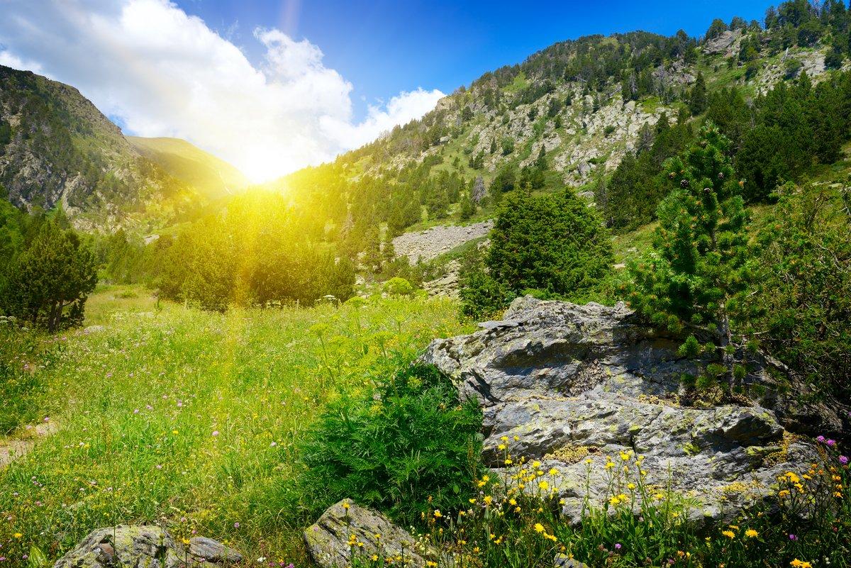 Постер Рассвет Красивый восход солнца в горной долине в Андорре.Рассвет<br>Постер на холсте или бумаге. Любого нужного вам размера. В раме или без. Подвес в комплекте. Трехслойная надежная упаковка. Доставим в любую точку России. Вам осталось только повесить картину на стену!<br>
