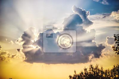 Постер-картина На потолок Облака в небе и лучи солнца. закат, выборочный фокус. На потолок<br>Постер на холсте или бумаге. Любого нужного вам размера. В раме или без. Подвес в комплекте. Трехслойная надежная упаковка. Доставим в любую точку России. Вам осталось только повесить картину на стену!<br>