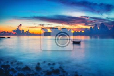 Постер Рассвет Спокойный восход солнца над океаном на МальдивахРассвет<br>Постер на холсте или бумаге. Любого нужного вам размера. В раме или без. Подвес в комплекте. Трехслойная надежная упаковка. Доставим в любую точку России. Вам осталось только повесить картину на стену!<br>
